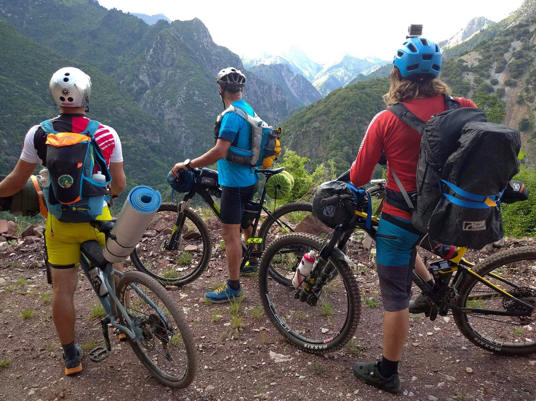 «Η γη δεν ανήκει σε κανέναν»: Τέσσερις φίλοι, μία μαγική ποδηλατική βόλτα