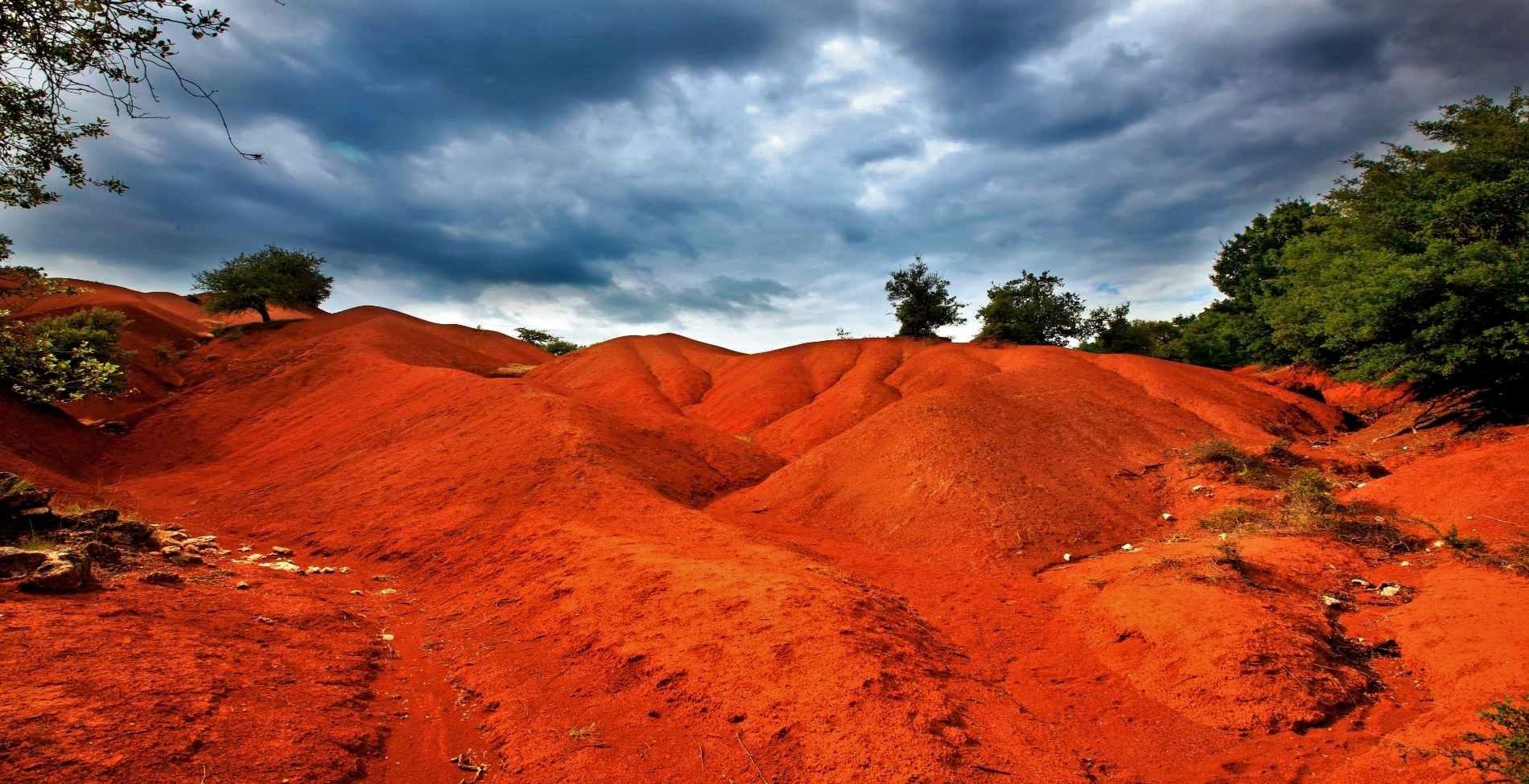 Κοκκινοπηλός: Το απόκοσμο κόκκινο τοπίο στην Πρέβεζα που θυμίζει τον πλανήτη Άρη