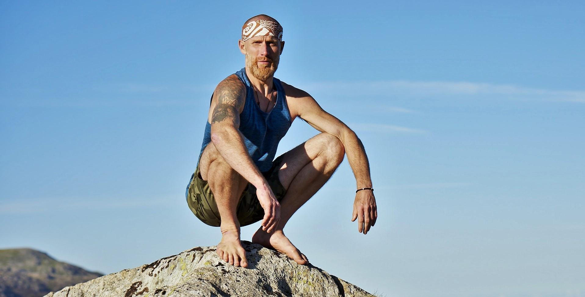 Ο άνθρωπος που έτρεξε ξυπόλητος το Three Peaks Challenge για να σώσει τους ιθαγενείς